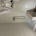 Salle d'eau du chalet 48 m² avec douche et lavabo